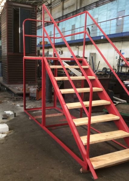 Лестница, для уличного туалета с эстакадой под ёмкость.